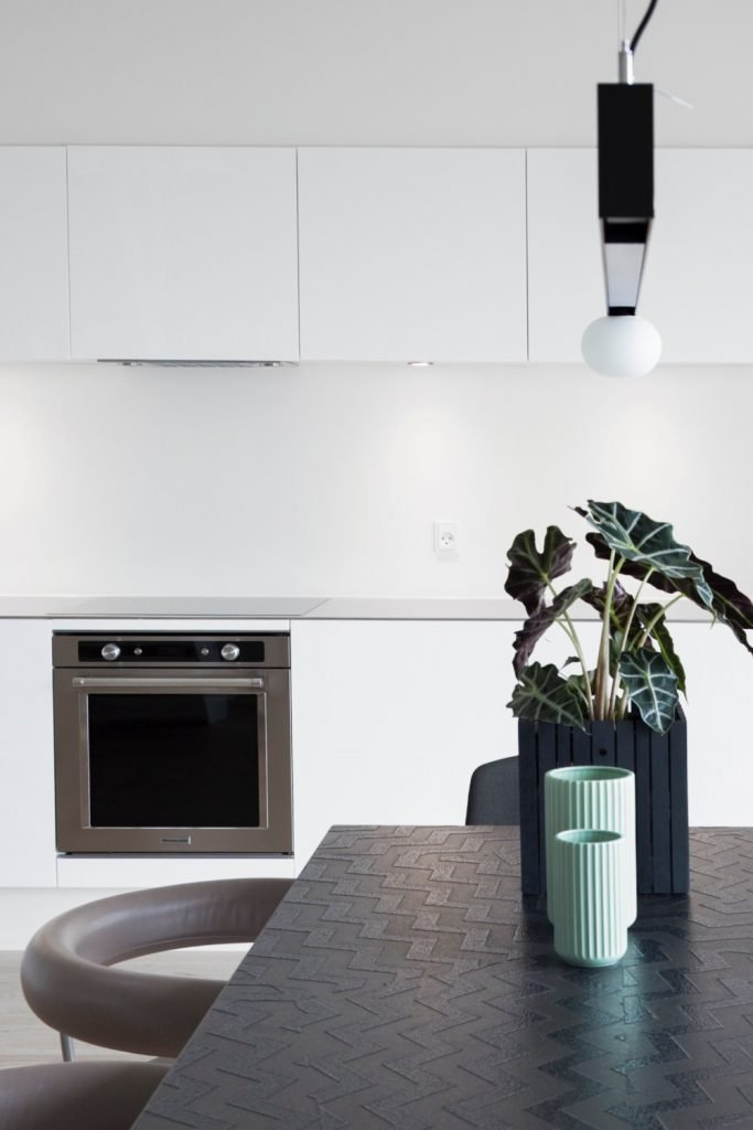 kitchen ideas - This black and white kitchen interior is really striking not only have create visual impact with colour blocking but the way the light plays on the textured table top is so pretty. #black #kitchen #ideas #homedecor