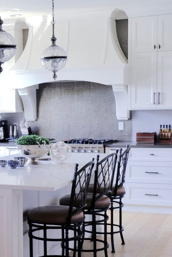 while this kitchen seems a little more traditional than the others, it's a perfect inbetween style for those who perfer a airy space but want something more oranate than straight lines and hard edges #kitchendecor #kitchenideas #homedecor #interiordesign